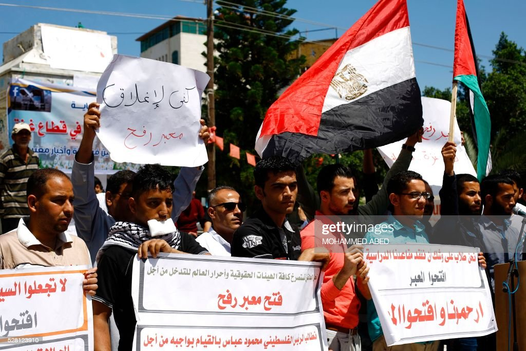 Palestinian university students hold banners demanding for the opening of the Rafah border crossing between the Gaza Strip and Egypt at the park of the unknown soldier in Gaza City on May 4, 2016. / AFP / MOHAMMED
