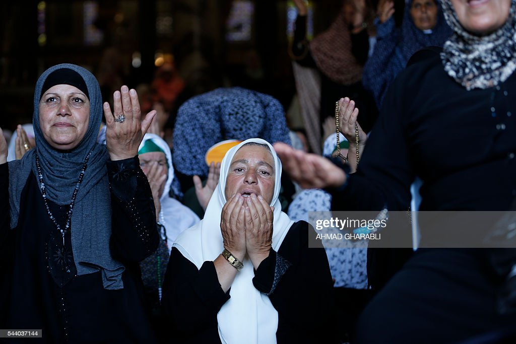 Palestinian women pray at the Dome of the Rock in Jerusalem's Al-Aqsa mosque compound during the last Friday prayers of the holy Muslim fasting month of Ramadan on July 1, 2016. / AFP / AHMAD