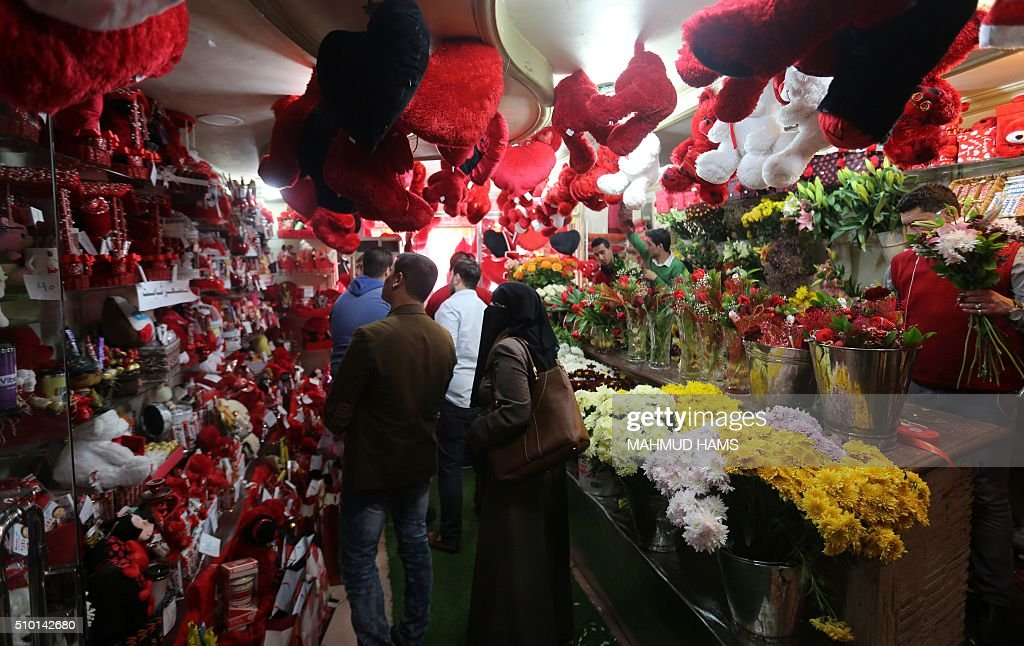 Palestinians look at items diplayed at a gift shop on Valentine's Day on February 14, 2016 in Gaza City. / AFP / MAHMUD HAMS