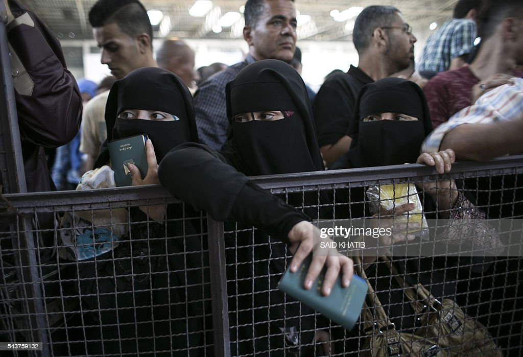 Palestinians residing in the Gaza Strip wait for a travel permit to cross into Egypt through the Rafah border crossing after it was open for five days by Egyptian authorities, on June 30, 2016, in the southern Palestinian coastal territory. / AFP / SAID