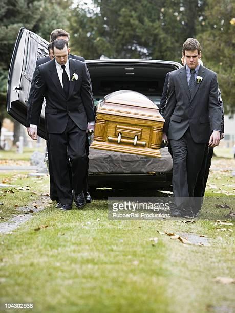 pallbearers portare un casket