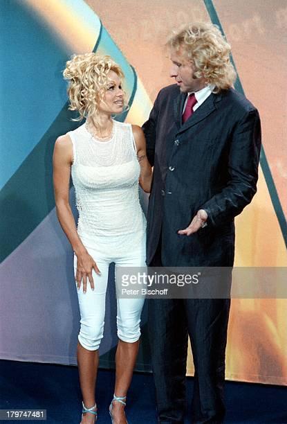 Pamela Anderson Thomas GottschalkSAT1Pressekonferenz stehend Berlin Deutschland Europa