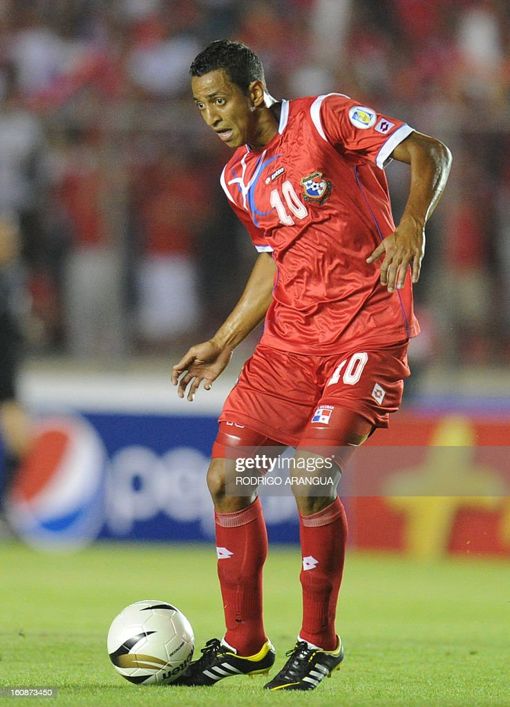 Panama's midfielder Rolando Escobar controls the ball during their FIFA World Cup Brazil 2014 CONCACAF qualifier football match against Costa Rica at the Rommel Fernandez Stadium in Panama City on February 6, 2013. AFP PHOTO/ Rodrigo ARANGUA
