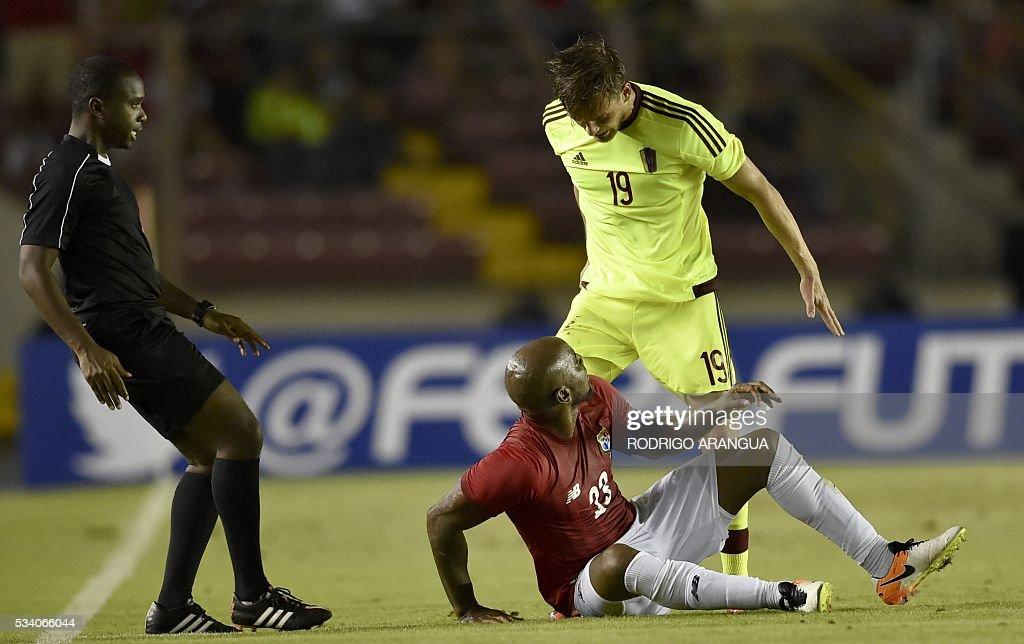 Panama's player Felipe Baloy (L) argues with Christian Santos of Venezuela during their friendly football match at the Rommel Fernandez Stadium in Panama City on May 24, 2016. / AFP / RODRIGO