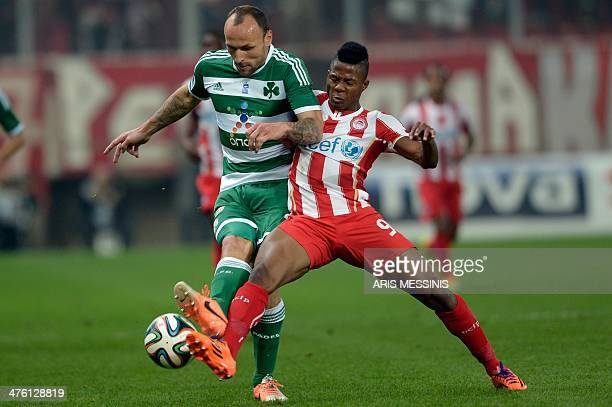 Panathinaikos' Croatian defender Gordon Schildenfeld vies for the ball with Olympiakos' Nigerian forward Michael Olaitan during the Greek Super...