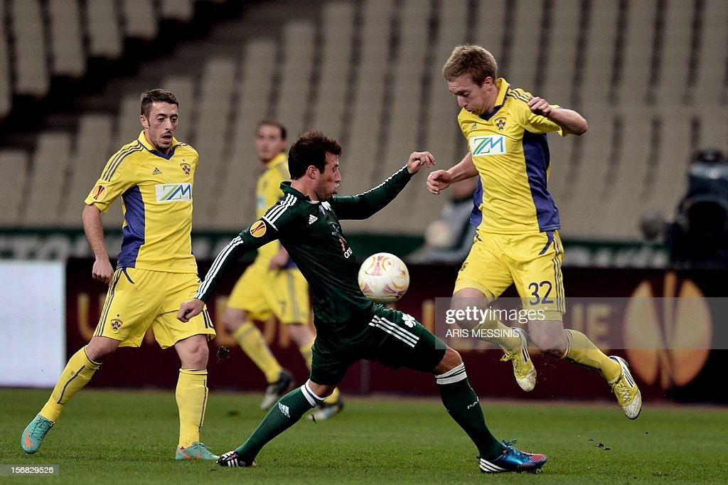 Panathinaikos' Jose Velazquez (C) fights for the ball with Maribor's Robert Beric during their group J Europa League football game in Athens on November 22, 2012.