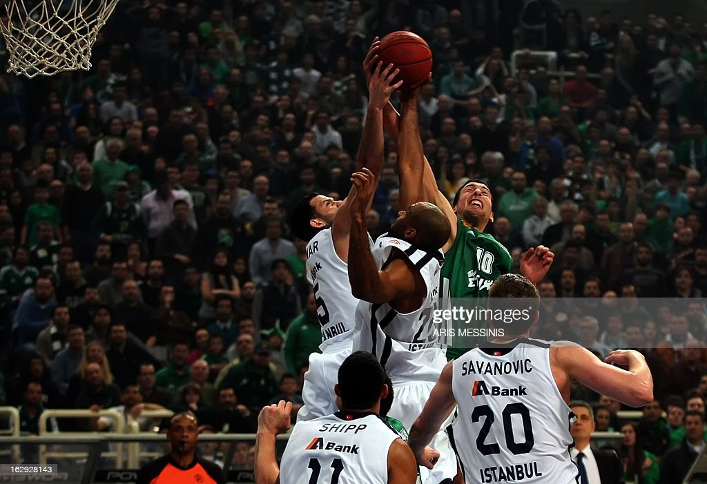 Panathinaikos' Roko Leni Ukic (top R) vies with Anadolu Efes' Jordan Farmar (L) and Jamon Alfred Lucas during the Euroleague top 16 basketball game Panathinaikos vs Anadolu Efes in Athens on March 1, 2013.AFP PHOTO / ARIS MESSINIS