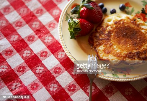 Pancake with blueberries and strawberries, close-up : Stock Photo