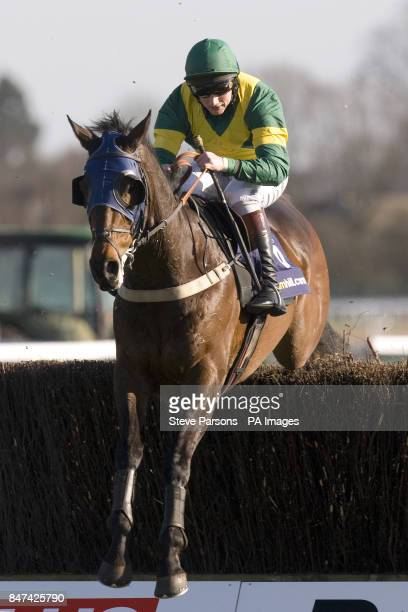 Panjo Bere ridden by Jamie Moore during the William Hill App 25 SignUp Bonus Handicap Chase