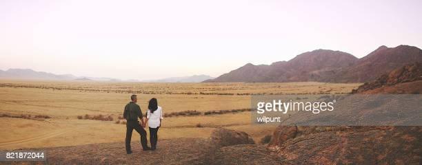 Pano Couple tenant chacun autre coucher de soleil du désert