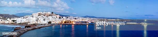 Panorama de Naxos éclairée au crépuscule, des Cyclades, Grèce