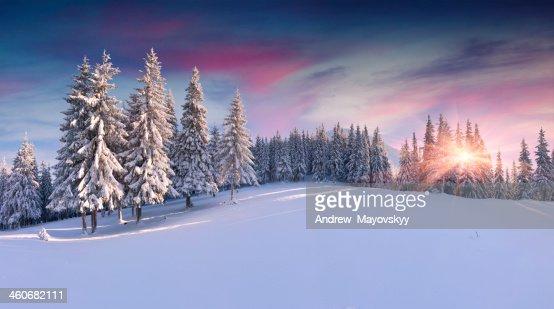パノラマの冬の山の日の出 : ストックフォト