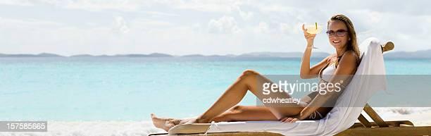 panorama von Frau Entspannen am Strand trinken margarita cocktail