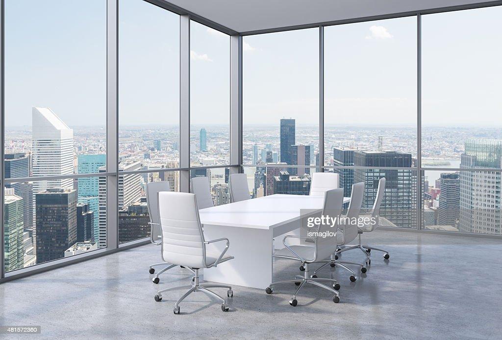 Vue panoramique de la salle de conférence de bureau moderne dans