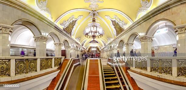 Vue panoramique sur l'escalator à métro de Moscou