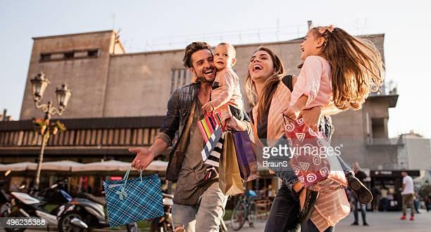Panoramablick von Fröhliche Familie Spaß im Einkaufsmöglichkeiten.