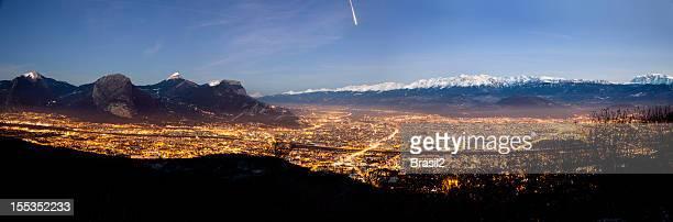 Vue panoramique de Grenoble de nuit