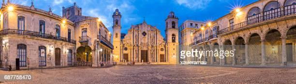 Panoramablick auf der beleuchteten Kathedrale von Havanna