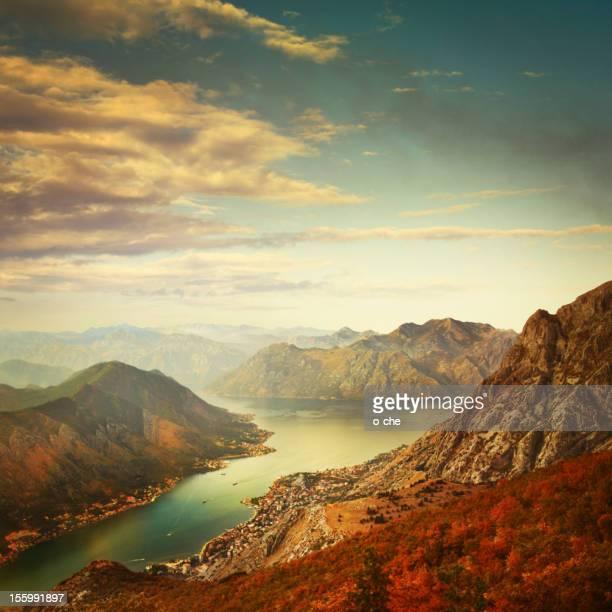 Panoramablick auf die Berge und die Bucht