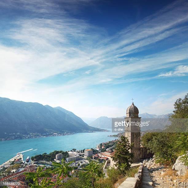 Panoramablick auf die Stadt und die Bucht in der Adria