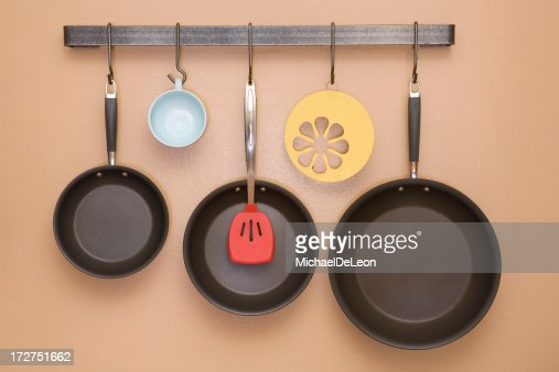 フライパンやユーテンシル壁に吊るしたキッチン