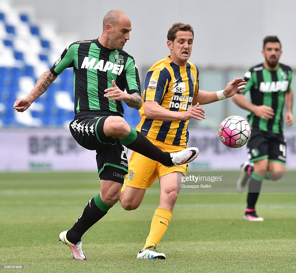 Paolo Cannavaro of US Sassuolo Calcio and Juanito Gomez of Hellas Verona FC in action during the Serie A match between US Sassuolo Calcio and Hellas Verona FC at Mapei Stadium - Citt���� del Tricolore on May 1, 2016 in Reggio nell'Emilia, Italy