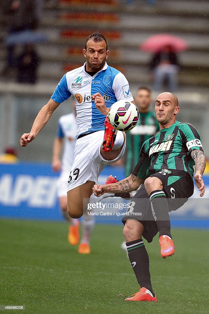 Paolo Cannavaro # 28 of US Sassuolo Calcio ( R ) competes the ball with Riccardo Meggiorini #69 of AC Chievo Verona ( L ) during the Serie A match between US Sassuolo Calcio and AC Chievo Verona on April 4, 2015 in Reggio nell'Emilia, Italy.