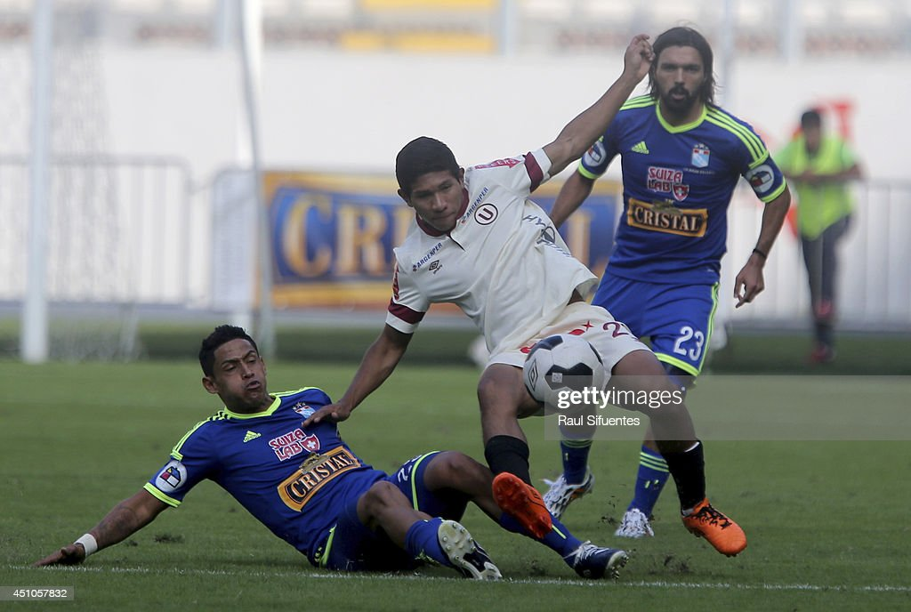 Paolo de la Haza (L) of Sporting Cristal struggles for the ball with <a gi-track='captionPersonalityLinkClicked' href=/galleries/search?phrase=Edison+Flores&family=editorial&specificpeople=8597891 ng-click='$event.stopPropagation()'>Edison Flores</a> (R) of Universitario during a match between Universitario and Sporting Cristal as part of third round of Torneo Apertura 2014 at Nacional del Peru Stadium on June 22, 2014 in Lima, Peru.