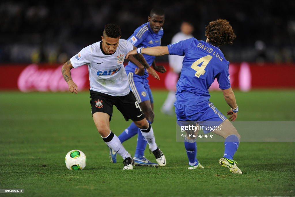 Paolo Guerrero of Corinthians passes through <a gi-track='captionPersonalityLinkClicked' href=/galleries/search?phrase=David+Luiz&family=editorial&specificpeople=4133397 ng-click='$event.stopPropagation()'>David Luiz</a> of Chelsea during the FIFA Club World Cup Final Match between Corinthians and Chelsea at International Stadium Yokohama on December 16, 2012 in Yokohama, Japan.