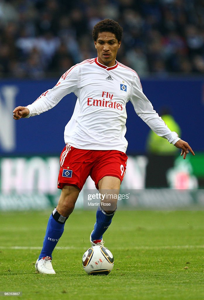 Paolo Guerrero of Hamburg runs with the ball during the Bundesliga match between Hamburger SV and Hannover 96 at HSH Nordbank Arena on April 4, 2010 in Hamburg, Germany.