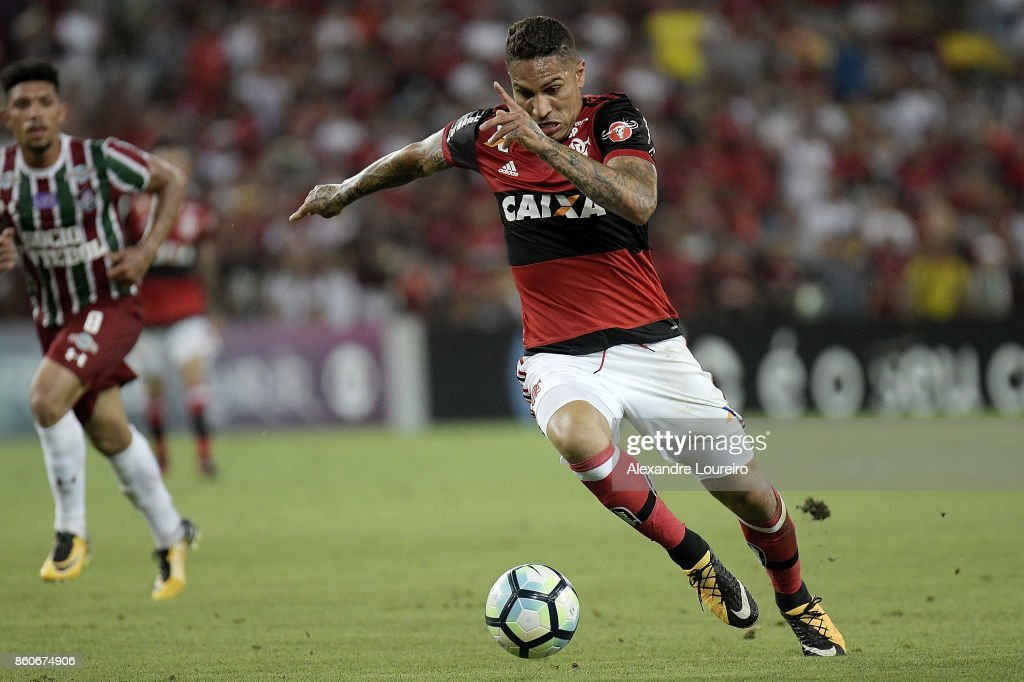 Paolo Guerrero of Flamengo runs with the ball during the match between Flamengo and Fluminense as part of Brasileirao Series A 2017 at Maracana Stadium on October 12, 2017 in Rio de Janeiro, Brazil.