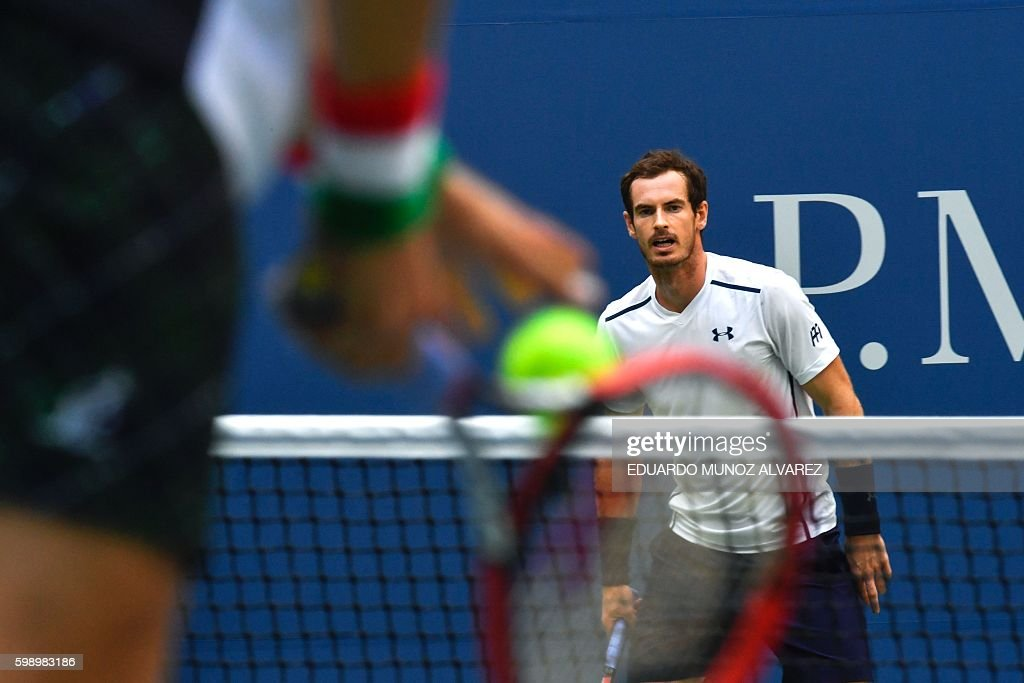 TOPSHOT - Paolo Lorenzi of Italy serves to Andy Murray of Great Britain during their 2016 US Open men's singles match at the USTA Billie Jean King National Tennis Center in New York on September 3, 2016. / AFP / EDUARDO