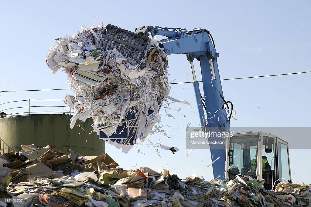 La carta viene riciclata impianti di raccolta dei rifiuti : Foto stock