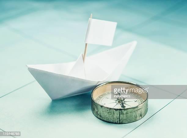 Barchetta di carta e compass