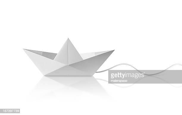 Papierschiff mit Kabel