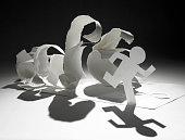 Papel do homem em execução do papel ondas