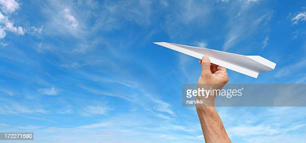 Avion de papier prêt à vous envoler