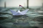 Papierschiff auf dem Meer