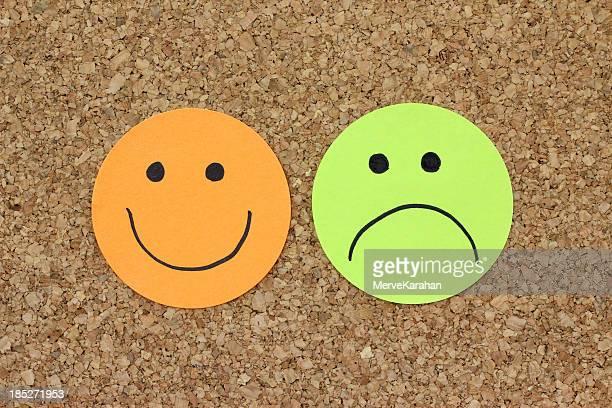 Papiere mit happy und traurig Gesichter
