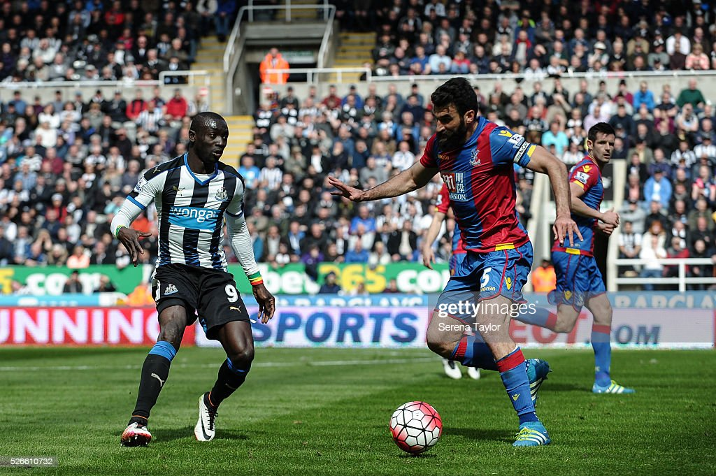 <a gi-track='captionPersonalityLinkClicked' href=/galleries/search?phrase=Papiss+Cisse&family=editorial&specificpeople=4251917 ng-click='$event.stopPropagation()'>Papiss Cisse</a> (L) of Newcastle passes the ball during the Barclays Premier League match between Newcastle United and Crystal Palace at St.James' Park on April 30, 2016, in Newcastle upon Tyne, England.