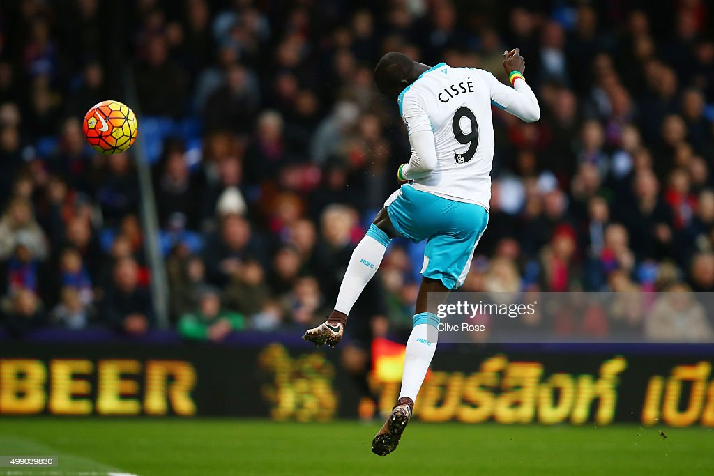 Papiss Demba Cisse of Newcastle United scores his team's first goal during the Barclays Premier League match between Crystal Palace and Newcastle United at Selhurst Park on November 28, 2015 in London, England.
