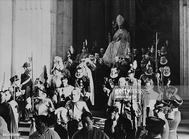 Papst Pius XIIPapst 1939 1958Krönungsmesse in Rom Der Papstin seinem Tragsessel der 'Sedis Gestatoria' auf dem Weg zum Petersdom