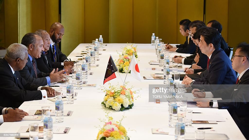 Papua New Guinean Prime Minister Peter O'Neill (2nd L) speaks at Japanese Prime Minister Shinzo Abe (2nd R) during their talks in Nagoya, central Japan, on May 28, 2016. O'Neill came to Japan to attend the Group of Seven (G7) summit meeting in Ise. / AFP / POOL / TORU