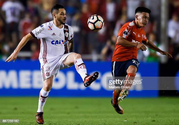 Para of Flamengo fights for ball with Ezequiel Barco of Independiente during the first leg of the Copa Sudamericana 2017 final between Independiente...