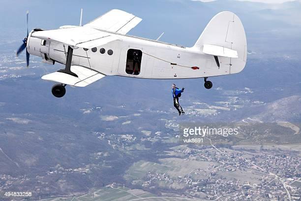 Parachuters saltare da un aereo