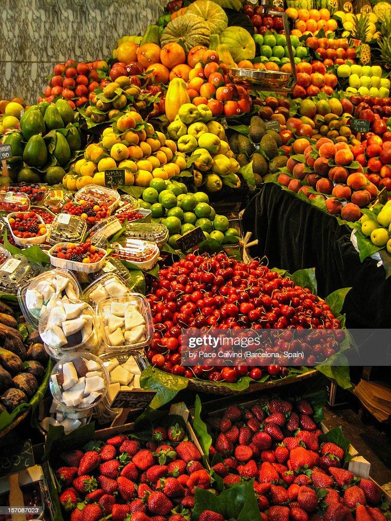Parada de Fruta en el Mercado de La Boqueria : Stock Photo