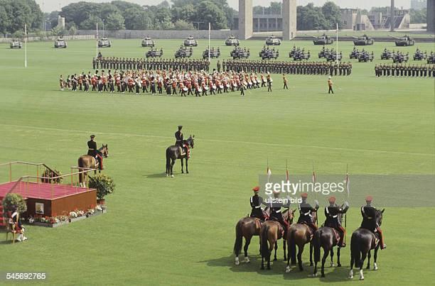 Parade auf dem Maifeld aus Anlass desGeburtstages der Königin in der MittePrince Charles zu Pferd 1985