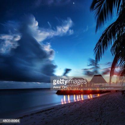 Paradise beach en la noche : Foto de stock