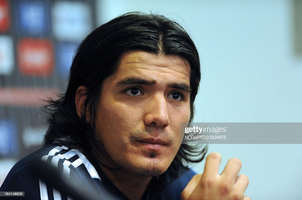 Paraguayan national team footballer Fidencio Oviedo speaks during a press conference in Ypane, near Asuncion, on March 20, 2013. Paraguay will face Uruguay on march 22 in Montevideo in a Brazil 2014 FIFA World Cup South American qualifier. AFP PHOTO/NORBERTO DUARTE