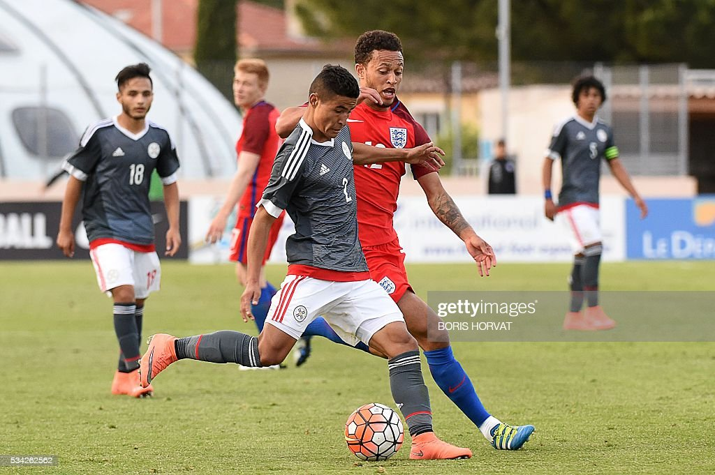 Paraguayen defender Rodi Feirrera (L) vies with English midfielder Lewis Baker (R) during the Under 21 international football match between England and Paraguay, at the Antoine Baptiste stadium in Six-Fours, southern France on May 25, 2016, as part of the as part of the 'Toulon Hopefuls' Tournament'. / AFP / BORIS
